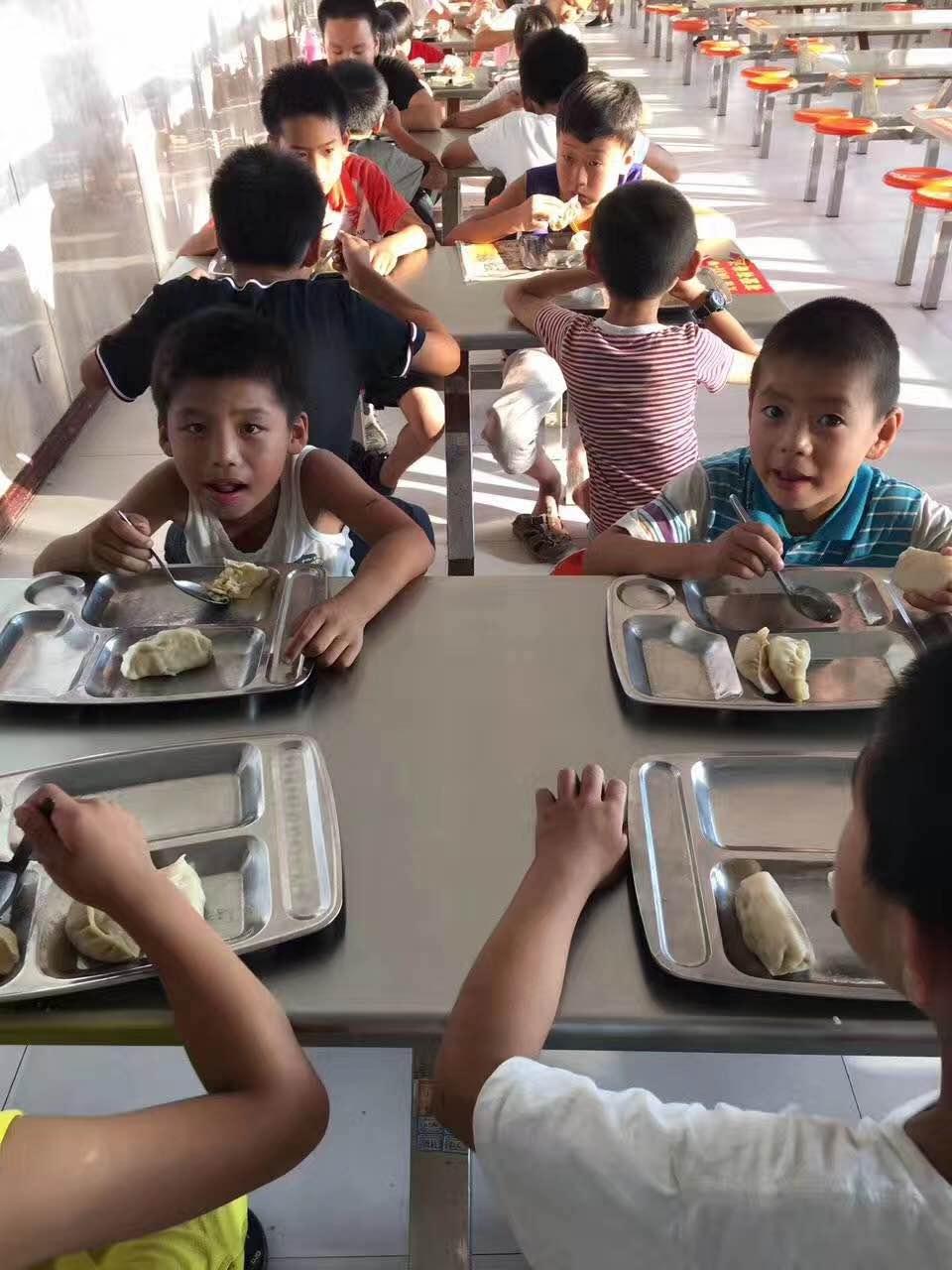 孩子们在秦皇岛龙腾学校光明爱心之家食堂用餐
